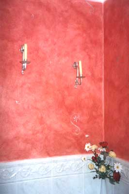 Bathroom with burnt red mottled walls
